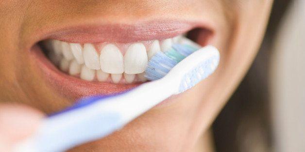 mycie zębów używając sody oczyszczonej